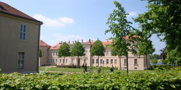 Schloss Rheinsberg - mit Fahrrad verboten.