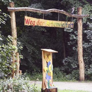 Das Eingangsportal zum Weg der Artenvielfalt.