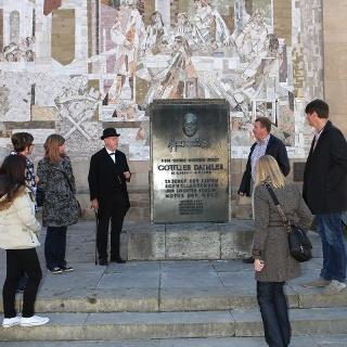 Mosaik der Schorndorfer Weiber und Gottlieb Daimler-Denkmal