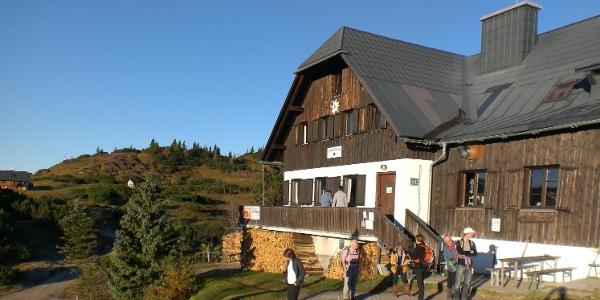 Start zu einer Wanderung von der Sonnschienhütte