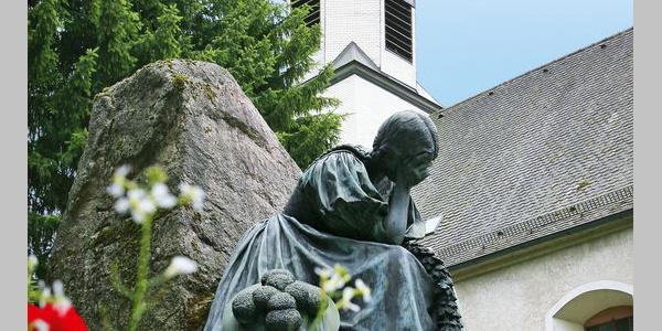 Kriegerdenkmal mit evangelischer Peterskirche