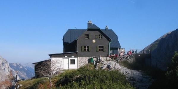 Die Voisthaler Hütte mit Blick nach Osten