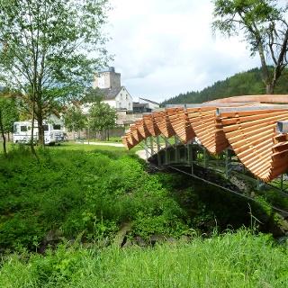 """(16) Marc de Roover (FR): """"Brücke"""", 2014, Stahl, Douglasie"""