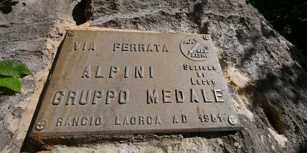 Tafel am Einstieg der Via Ferrata Alpini Gruppo Medale