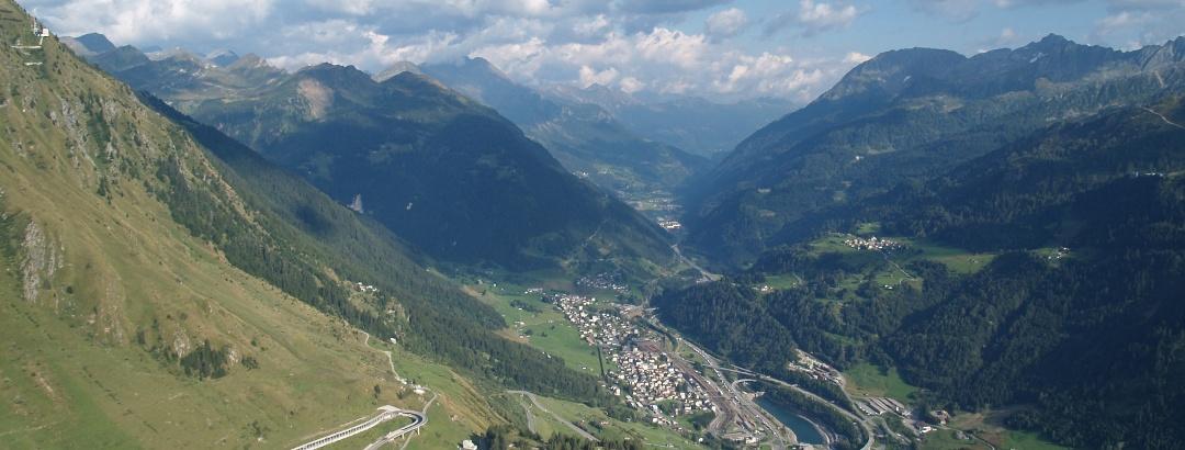 Tiefblick von der Tremola auf die obere Leventina.
