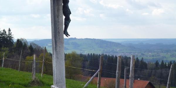 Bank mit Kreuz am Aussichtspunkt Dreiseenblick bei Geigersau.