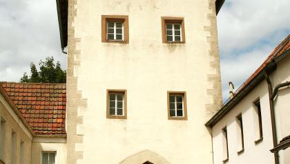 Das Torhaus in Euerdorf besitzt einen historischen Treppengiebel.