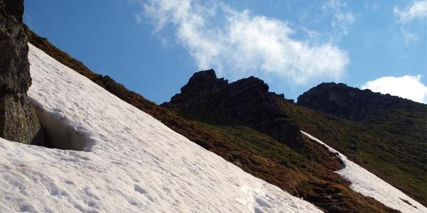 Steile Schneefelder um 2300 m