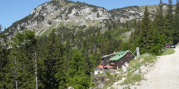 Steyrerhütte mit Roßschopf im Hintergrund
