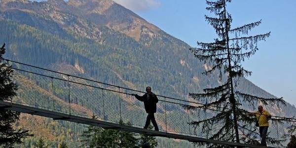Stahlseil-Hängebrücke am Alpinsteig durch die Höll
