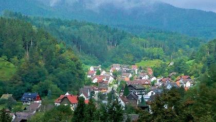 Wir wandern zu Idyllischen Ortschaften in dichten Wäldern.