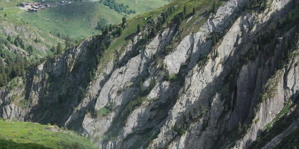 Die Felsen wo die Strahler nach Kristallen graben