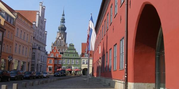 Am Markt beim Rathaus blicken wir zurück durch die Lappstraße zum Dom St. Nikolai.