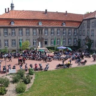 Motorradfahrer im Klosterhof der Klosteranlage Willebadessen