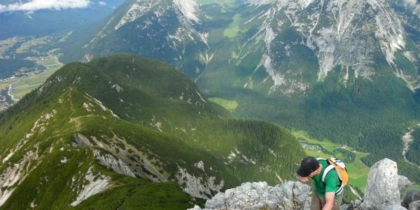 Kurz vor dem Gipfel der Arnplattenspitze. Im Hintergrund der Zustieg über den latschenbewachsenen Kamm von Zwirchkopf, Arnkopf & Co.