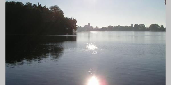 Parchim ist auch am Wockersee schon von Weitem zu sehen.