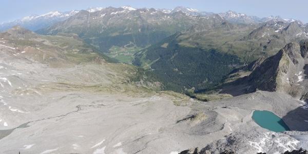 Rückblick vom Grauen Nöckl auf die Schuttfelder, durch die der Zustieg verläuft.