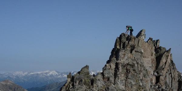 Luftig und steil sind die gut gegliederten Felsen, die vom Grauen Nöckl hinabführen zum Ansatz des Hochgall-Nordgrats.