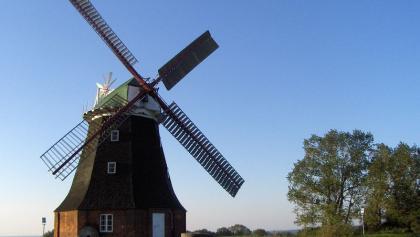 Die herrliche Holländermühle thront auf einer Anhöhe vor Stove.