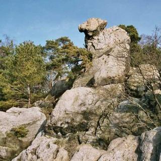 Mit etwas Fantasie erkennen wir in dieser Felsenformation ein hockendes Weib.