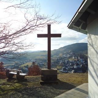 Kreuzbergkapelle mit Blick auf Düdinghausen