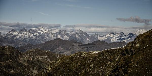 Blick vom Kamm zum Großglockner (rechts) und zu den Bergen der Schobergruppe.