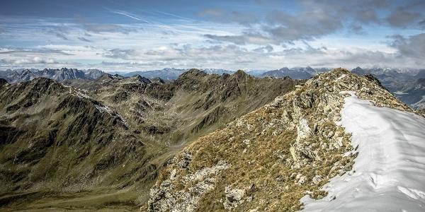 Auf dem Kamm hinter dem Hochkreuz. Links hinten sind die Lienzer Dolomiten zu erkennen.