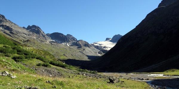 Kurz nach der Scheibenalm kann man den ersten Blick auf die Gletscher der Jamtalhütte genießen.