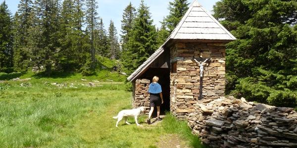 """Nach einem weiteren sanften Anstieg, erreichen wir die Steinkapelle der """"Kramerin"""" mit offenen Unterstand."""