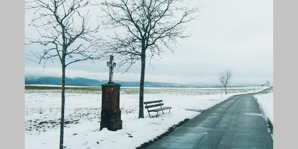 Am Wegkreuz haben wir eine gute Aussicht nach Osten auf Döggingen und die Gauchachschlucht.