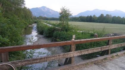 Eine Holzbrücke überspannt den Lainbach.