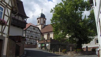 Vom Dermbacher Marktplatz laufen wir auf die Lutherlinde und die barocke evangelische Kirche zu.