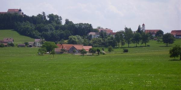 Blick auf die Felder rund um Schloss Kronburg