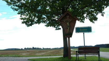 Am Abzweig nach Boden steht eine Bank mit Blick übers Land.