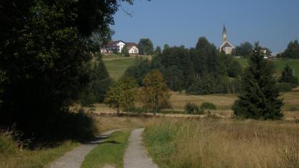 Kurz vor unserem Ziel genießen wir den Ausblick auf die idyllisch gelegene Kirche von Bischofsreuth.