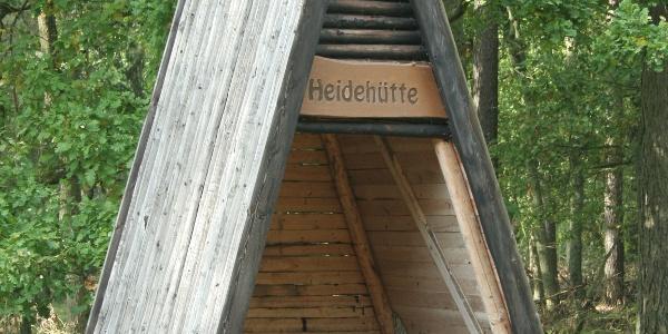 Am Eingang zur Nossentiner Heide liegt diese Schutzhütte, an der wir Rast machen können.