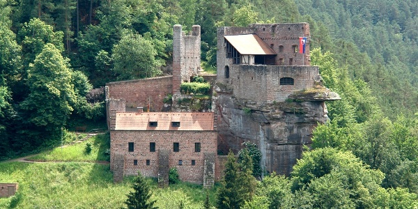 Von der Ruine Erfenstein blickt man auf die gegenüber liegende Burg Spangenberg.