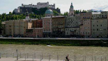 Rudolfskai in Salzburg, im Hintergrund die Festung