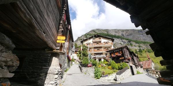 Beginn der Tour in den engen Gassen von Zermatt