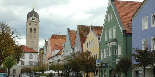 Die Lange Zeil ist die belebte Einkaufs- und Caféstraße Erdings.