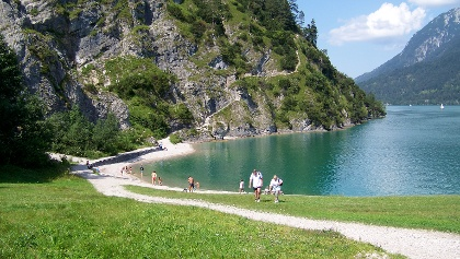 מקטע משביל ההליכה העובר ממש ליד האגם
