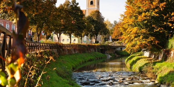 Blick auf dem Safenbach Bad Waltersdorf mit der Pfarrkirche