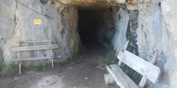 Tunnel durch Felswand