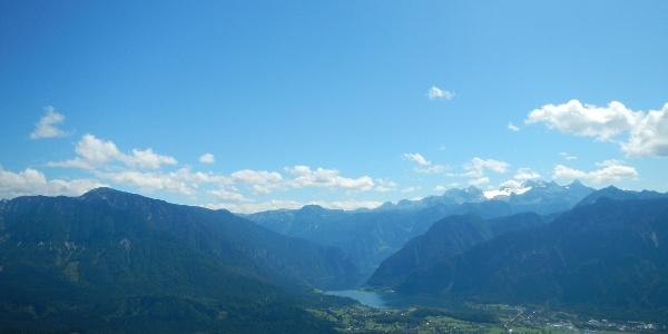 Ausblick auf Hallstätter See und Hoher-Sarstein (1975m)
