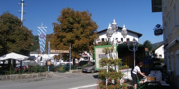 In der Ortsmitte Ringelai lädt eine Gastwirtschaft zur Einkehr.