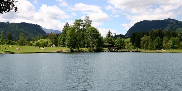 Der Böndlsee auf der Salzburger Sonnenterrasse lädt zum Sprung ins kalte Nass ein.