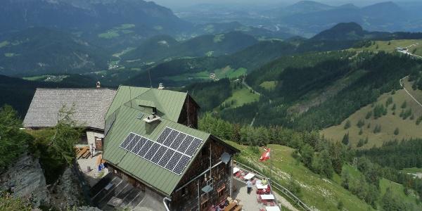 Weiter Blick vom Purtschellerhaus auf den Untersberg und das Salzachtal.