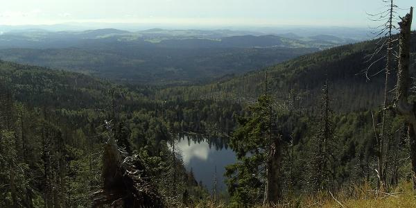 Der Rachel-Karsee liegt glänzend unter uns vor einem Panorama mit Blick bis in die Alpen.