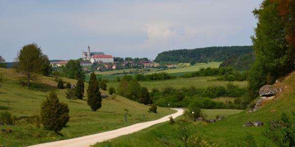 Wanderweg in der Zwing bei Neresheim mit herrlichem Blick zur Abtei Neresheim