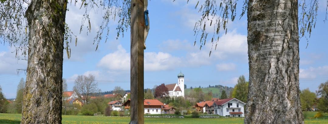 Feldkreuz mit Blick auf Böbing im Hintergrund